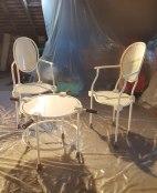 Mobilier Louis XVI médicalisé, acier, peinture epoxy, deux fauteuils, 40 x 50 x 110 cm, une console, 40 x 50 x 50 cm, 2008.