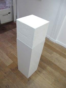 Emotional white cube # 1, plâtre, acier, 30 x 30 x 90 cm, 2010.