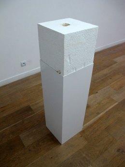 Emotional white cube # 2, plâtre, acier, 30 x 30 x 90 cm, 2010.