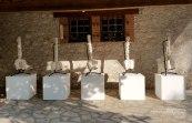 Cinq épines dorsales, Plâtre à modeler, stand de guitare, socle, 90 x 30 x 8 cm. 2017.