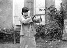 Marie au fusil, 100 x 70 cm, impression numérique sous diasec. Edition de 1 sur 3, 2014.